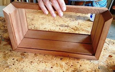 strip kayu atas pemegang kaca