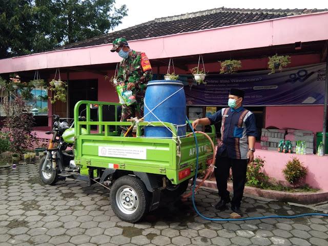 Babinsa Desa Meger Lakukan Penyemprotan Disinfektan Guna Cegah Penyebaran Virus Corona