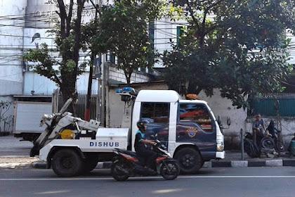 Di Jakarta, Yang Suka Parkir Sembarangan di Bahu Jalan, Paling Takut Sama Kendaraan Yang Satu Ini