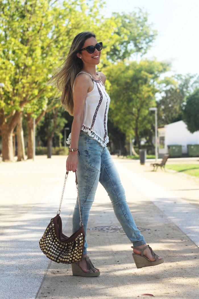 Jeans desbotados e top com decote halter (e muitos pompons). Estreei aqui as sandálias com franjas oferecidas pela Xti. Look do dia/Outfit. Casual Chic. Style Statement. Blog de moda portugal