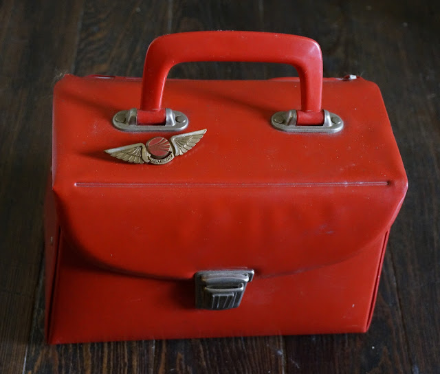 une malette des années 70 en vinyl rouge et une broche Continental Airline  70s red vinyl case , 1970s stewardess brooch