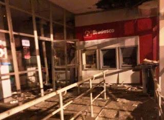 Bandidos explodem agências em Itororó
