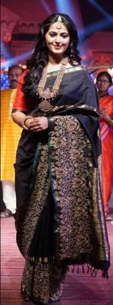 anushka shetty looking cute in black saree