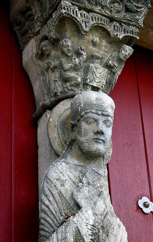 São Lopo, estátua no pórtico da igreja de Saint-Loup-de-Naud (Seine-et-Marne)