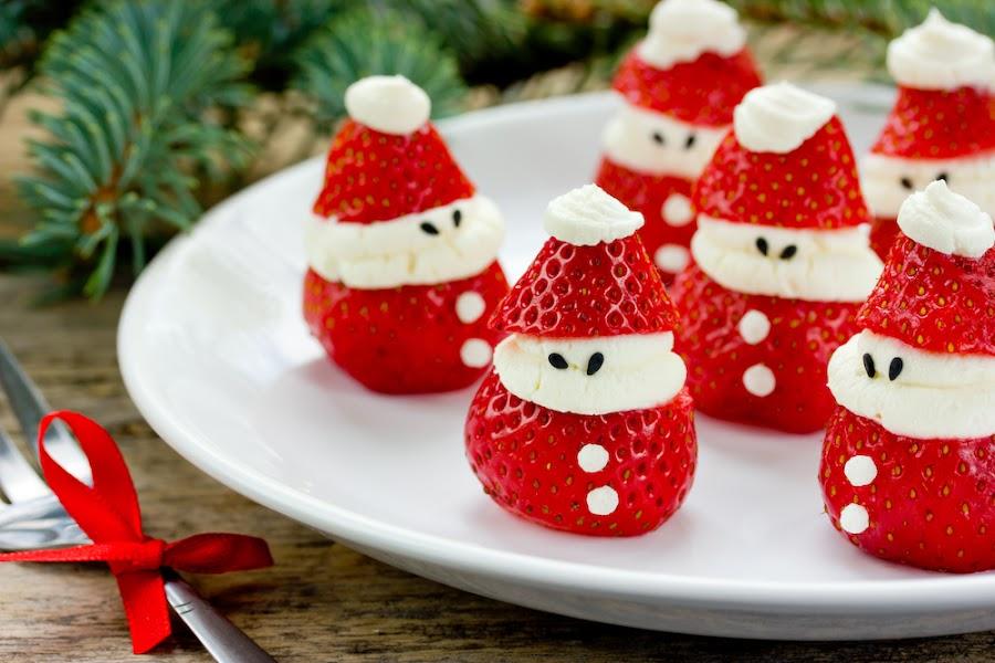 Fresas con nata (crema de leche) con forma de Papá Noel