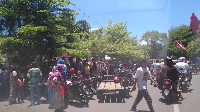 Hari Meugang, Warga Serbu Rumah Wagub Aceh, Mualem Bantu Rp100 Ribu