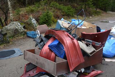 Dumpning av bildelar utanför Bockabyn som anmäldes idag.