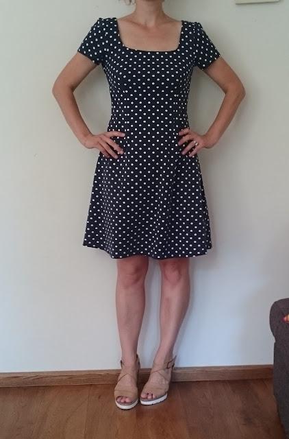 Blauwe jurk met witte polkadots stippen
