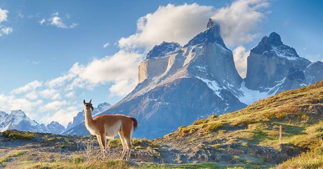 Khí hậu Chile nhìn chung thuộc khí hậu ôn hòa, chính vì thế khách du lịch Santiago có thể lựa chọn nơi đây như địa điểm tránh cái nắng nóng Hè hoàn hảo nhất. Nhiệt độ sẽ cực kì mát mẻ Từ tháng Năm đến tháng đầu tháng Chín, nhiệt độ xuống thấp, thấp nhất là vào tháng Bảy – có thể xuống đến 5 độ. Đặc biệt vào tháng Sáu có thể có mưa phùn nhỏ, tạo nên khung cảnh lãng mạn cho những cặp đôi yêu nhau.