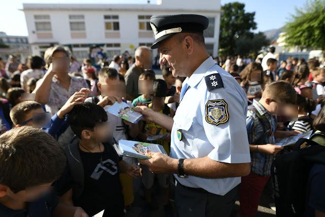 Ενημερωτικά φυλλάδια τροχαίας διανεμήθηκαν σήμερα σε γονείς και μαθητές δημοτικών στην Πελοπόννησο