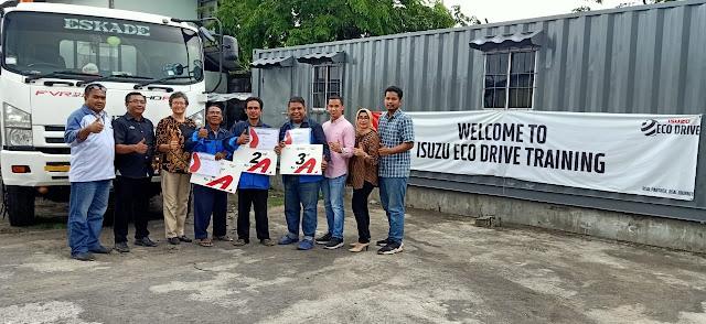 """Agen tunggal pemegang merek dan produsen kendaraan PT. Isuzu Astra Motor Indonesia (IAMI) memberikan penghargaan kepada ketiga pemenang terpilih, Samuri peraih peringkat pertama, Mujiono sebagai juara ke dua, dan Warsito sebagai juara ke-tiga Jum'at, (27/12). Ke-Tiga sopir tersebut telah terpilih berdasarkan skor Eco Driving dan Safety Driving tertinggi. 0Penghargaan diberikan kepada driver setelah mengikuti Safety Drive Contest 2019.    Safety Drive Contest adalah bentuk apresiasi dari PT. Isuzu Astra Motor Indonesia kepada pengemudi truk Isuzu yang menjalankan dan menerapkan secara konsisten untuk berkendara dengan aman dan efisien. Sejalan dengan harapan Kementrian Perhubungan, Direktorat Jendral Perhubungan Darat dalam  mengkampanyekan cara berkendara yang aman dan efisien, dengan salah satunya adalah menurunkan tingkat kecelakaan di jalan raya.   """"Bahwa kegiatan eco drive ini bisa memberikan rasa aman dalam mengemudi dan se efisien mungkin dalam melakukan berkendara mobil besar. Jadi eco drive ini dimaksudkan untuk melakukan semacam pendidikan yang berkesinambungan pada driver, agar driver tersebut dalam mengendarai kendaraan cukup besar ini lebih aman dan efisien dalam pemakain bahan bakar. Sesuai dengan harapan kementrian perhubungan darat yang mengkampanyekan cara berkendara yang aman dan efisien,""""jelas, Lucia Sandrawati, Branch Manager Asco Dwimobilindo.  Kontes tahunan Safety Drive yang rutin digelar secara nasional ini dikhususkan oleh customer internal seluruh Indonesia. Dan kali ini diikuti oleh 15 driver Isuzu Giga dari PT. ESKADE GLOBAL TRANSPORT. Penilaiannya pun, menggunakan teknologi DRM (Data Record Modul) yang sudah terpasang dan terinstall sebelumnya di Truk Isuzu Giga. Dengan perhitungannya, dilakukan khusus operasional truk dari bulan November hingga bulan Desember 2019.   Kecanggihan teknologi DRM ini layaknya blackbox pada pesawat. Teknologi digitalnya mampu menyimpan, merekam dan memonitor secara akurat segala aktifitas operasional truk ket"""