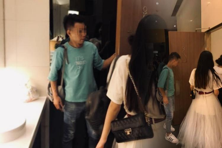 Ada-Ada Saja, Pria Ini Tunggu Pacarya didalam Toilet Umum wanita di Tsim Sha Tsui