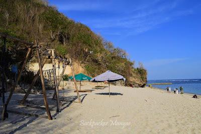 Fasilitas payung di Pantai Gunung Payung
