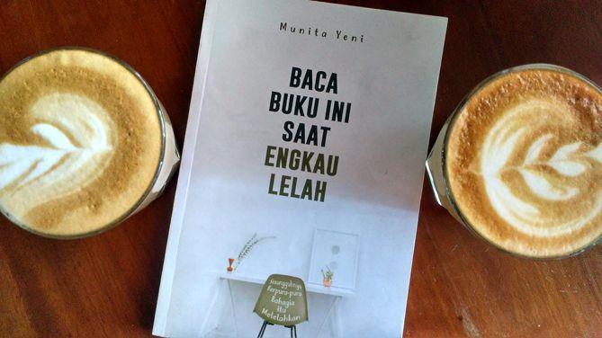 Menuntaskan bacaan buku dengan sesapan kopi