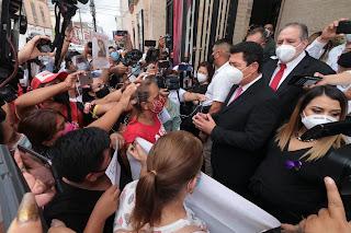 El alcalde Mario Alberto López Hernández escuchó las peticiones de un grupo de mujeres que se reunieron para solicitar su intervención para el pronto esclarecimiento de los hechos en donde perdió la vida la joven Karen.