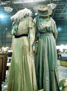 Vestidos de época en el desembalaje de Gijon
