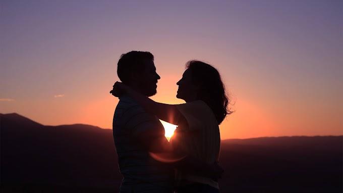 Casal Apaixonado no Pôr do Sol