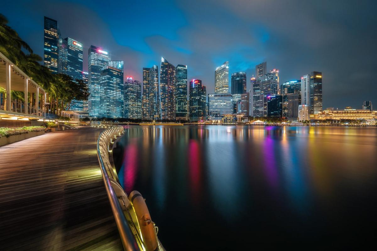 Отражение ночного города в заливе