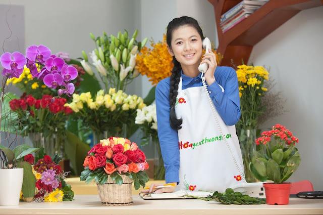 Nhân viên shop hoa yêu thương