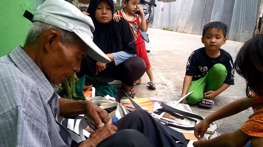 Kakek Penjual Mainan dari Bambu