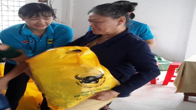 Tuyển thủ bóng chuyền Kim Thanh tặng quà cho người nghèo
