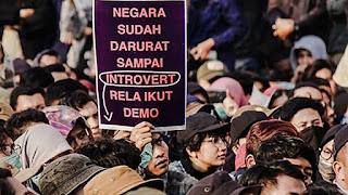 Tulisan Kocak Waktu Demo Mahasiswa di Depan Gedung DPR 3