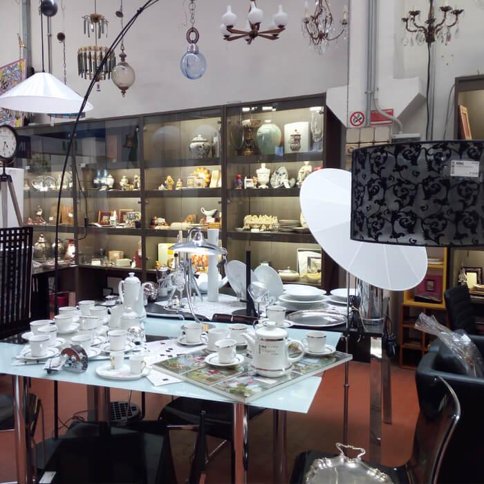 Oggettistica, lampadari e set cucina della sede Mercatopoli di Villa Guardia