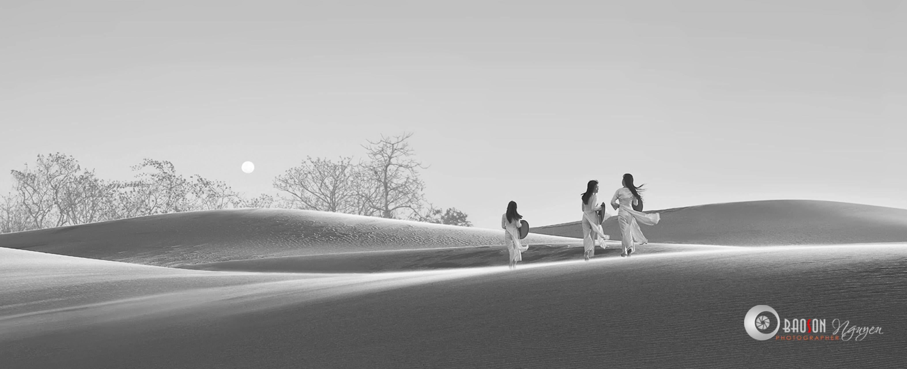 Chụp ảnh áo dài trên đồi cát Nam Cương
