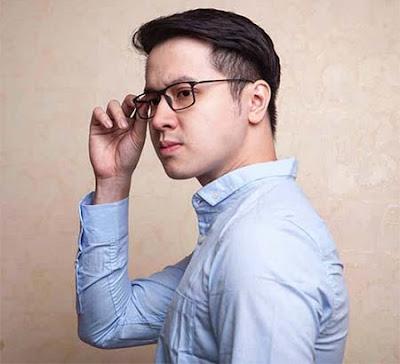 Edwin Sjarif Pakai Kacamata