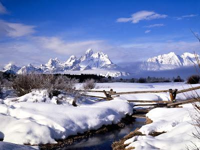 Mooie Sneeuw Achtergrond met bergen en sloot