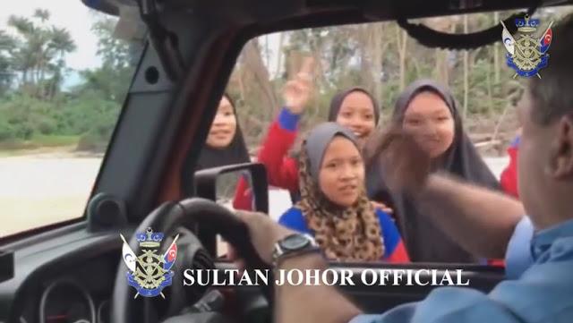 """Malam Karang Saya Belanja KFC Untuk Awak Semua Makan,"" Reaksi Spontan Sultan Johor Jumpa Pelajar Tepi Pantai"