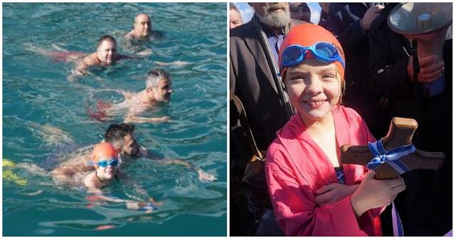 9χρονη «γοργόνα» έπιασε το σταυρό στην Κρήτη και μας έκανε να λιώσουμε από υπερηφάνεια