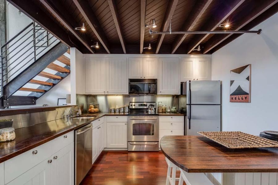 Piękny loft w sercu San Francisco, wystrój wnętrz, wnętrza, urządzanie mieszkania, dom, home decor, dekoracje, aranżacje, salon, living room, szarości, grey, szary, biel, white, styl industrialny, industrial style, kuchnia, kitchen