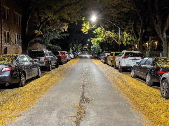 Bentang jalan dengan Google Pixel 5 dalam mode Night Sight menunjukkan suar cahaya kecil
