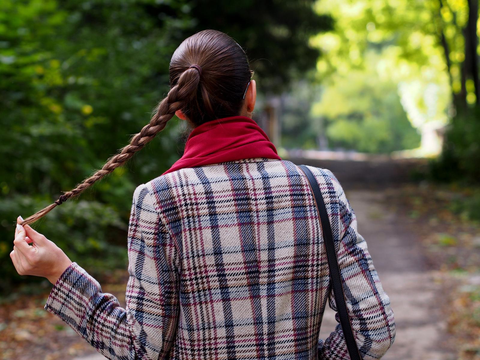 tartanové sako a zapletený cop // dva jesennbé trendy v jednom outfite