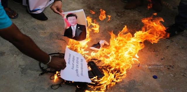 India Luapkan Kemarahannya Atas Bentrokan Di Perbatasan Dengan Membakar Foto Presiden China Xi Jinping