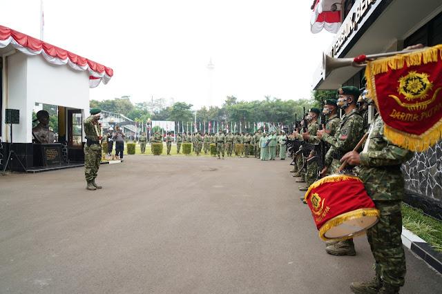 Prajurit Kostrad Sambut Calon Panglima Kostrad Baru Mayjen TNI Eko Margiyono