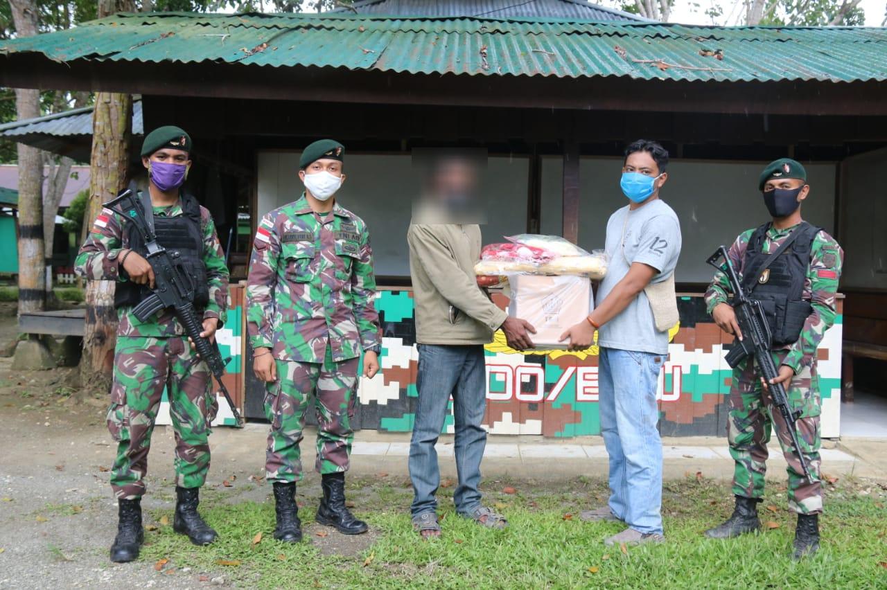 Peduli Dengan Masyarakat Satgas Raider 300 Berikan Tali Asih