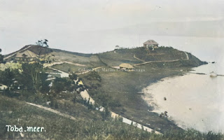 semenanjung di parapat dan rumah rumah dengan latar belakang danau toba