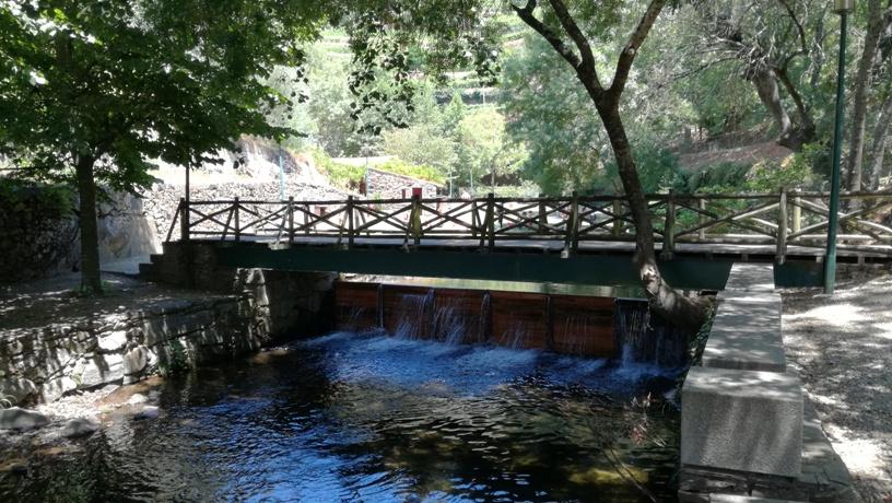 Ponte pedonal sobre o Rio Teixeira em Mesão Frio