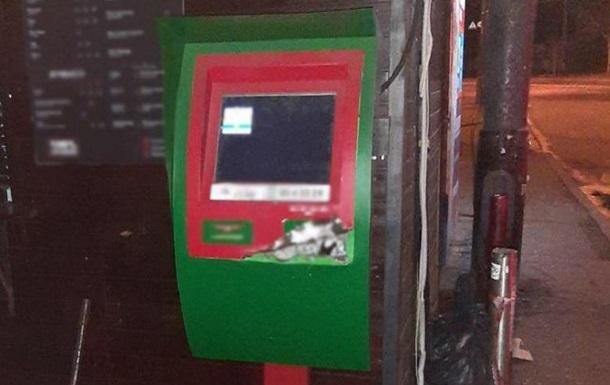 Двоє чоловіків намагалися зламати банкомат ломом і викруткою
