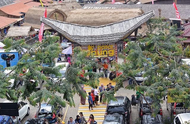 Gerbang Pasar Apung dari Museum Angkot