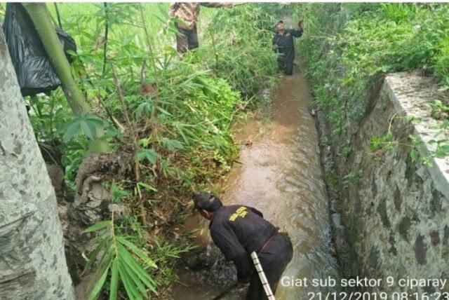 Minimalisir Sampah, Satgas Sektor 21-9 Ciparay Bersihkan Aliran dan Bantaran Sungai Plepes Ciparay