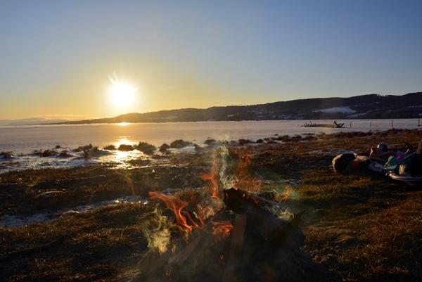 bål pølsegrilling solnedgang
