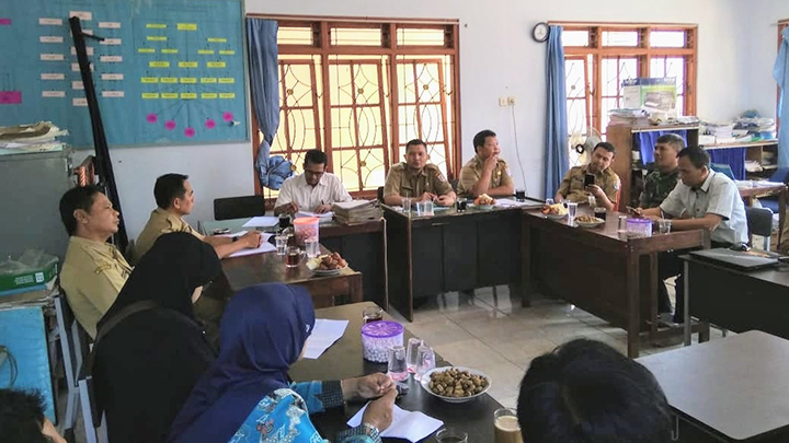 Pemeriksaan Berkas Persyaratan Balon Perangkat Desa, Babinsa Ingatkan Panitia Harus Netral
