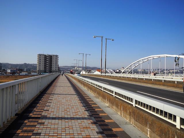 多摩川原橋 直進すれば尾根幹に入る