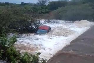Carro com pai e filho é arrastado pela correnteza em açude da Paraíba