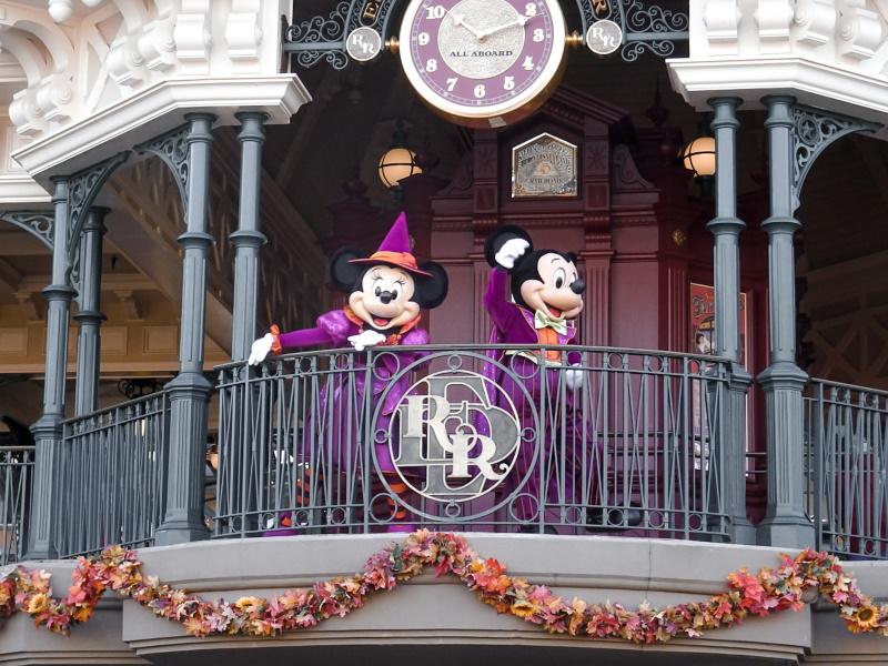 Mickey et Minnie en costume de magicien
