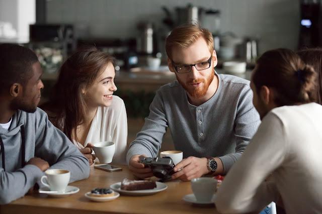 orang-berdiskusi-di-kafe