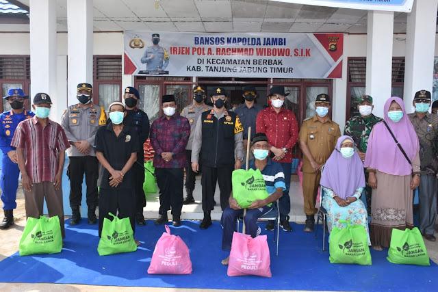 Bakti Sosial, Kapolda Jambi Berikan 150 paket sembako bagi warga yang terdampak Covid-19 di Parit Babeko